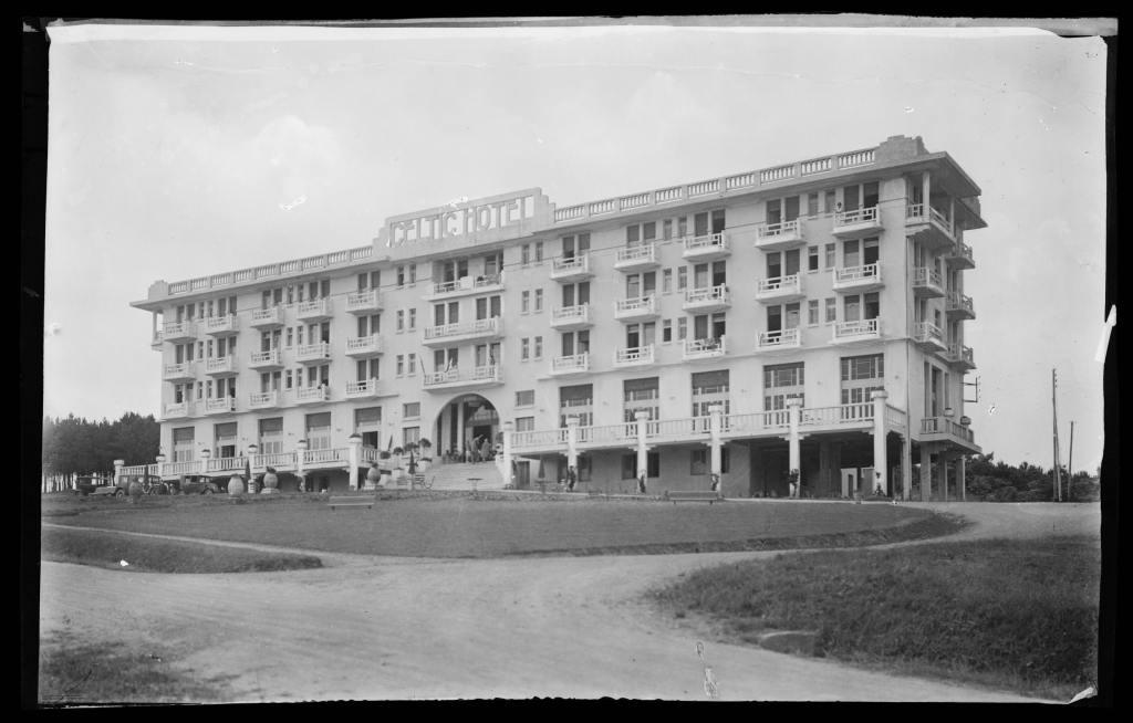 Le Celtic Hôtel à Saint-Cast Pen-Guen, par Marcel Oudin, ressemble au Gallic à Dinard