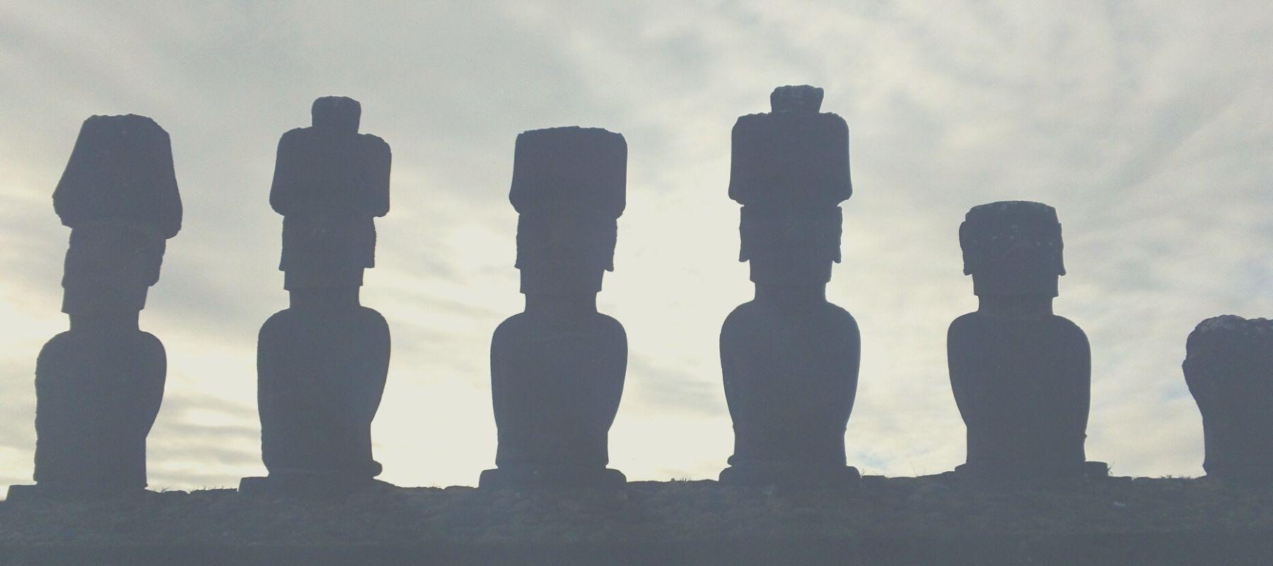 L'architecture rituelle des statues géantes sur l'île de Pâques, moai et ahu